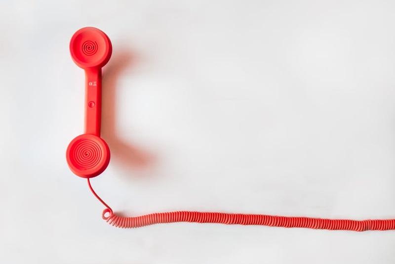 ถือ โทรศัพท์